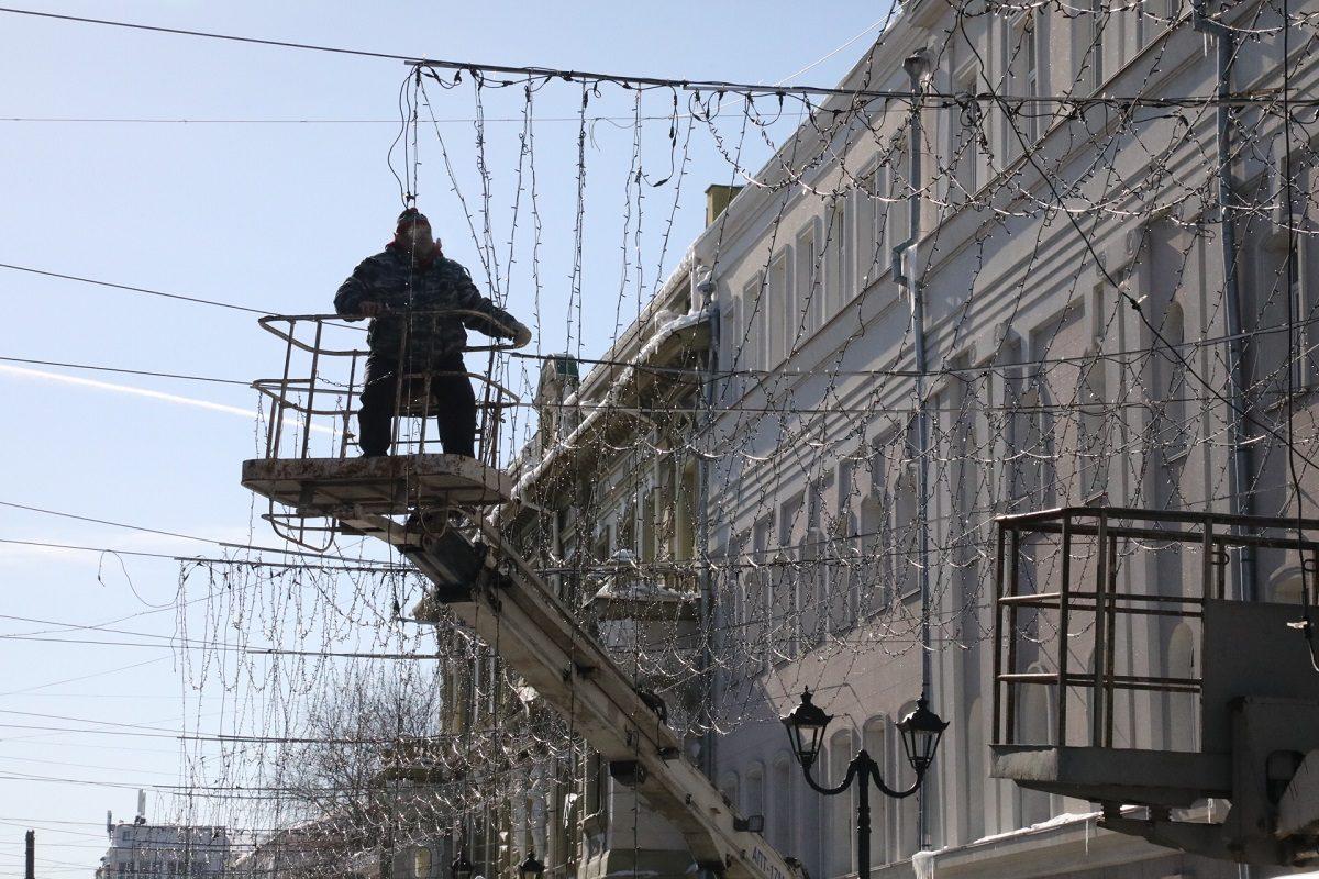 На Большой Покровской начали демонтировать новогодние украшения