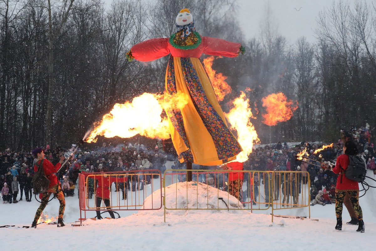 Чучело зимы сожгли на Масленицу в Нижнем Новгороде
