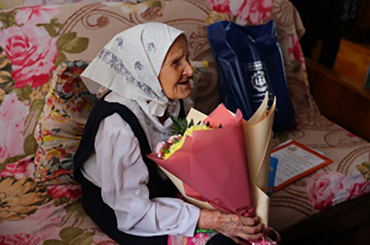 Заместитель главы города Юлия Ашуркова поздравила жительницу города Прасковью Полушкину со столетним юбилеем