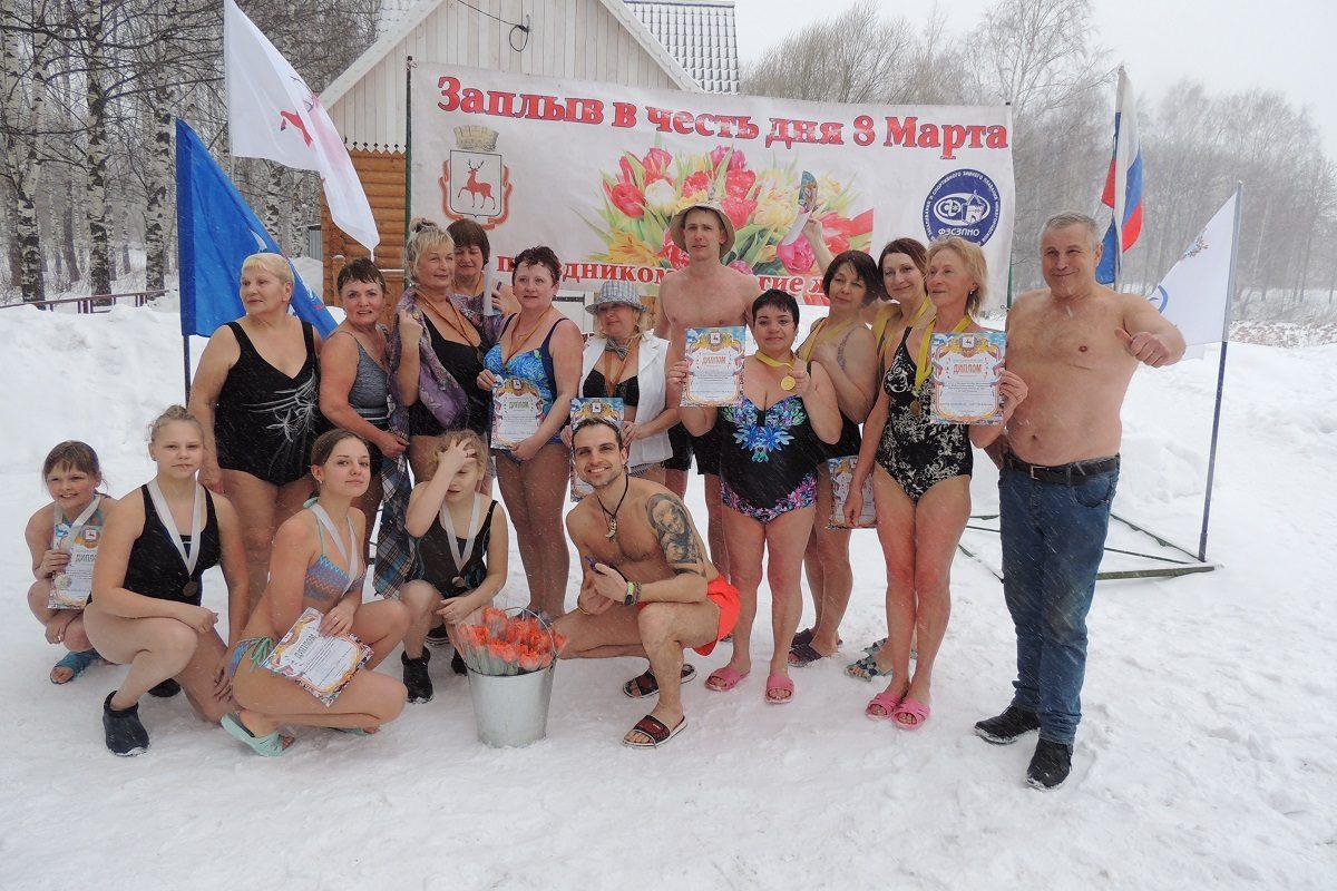 Полынья с лепестками роз: нижегородские моржи рассказали, как поздравили женщин с 8 Марта