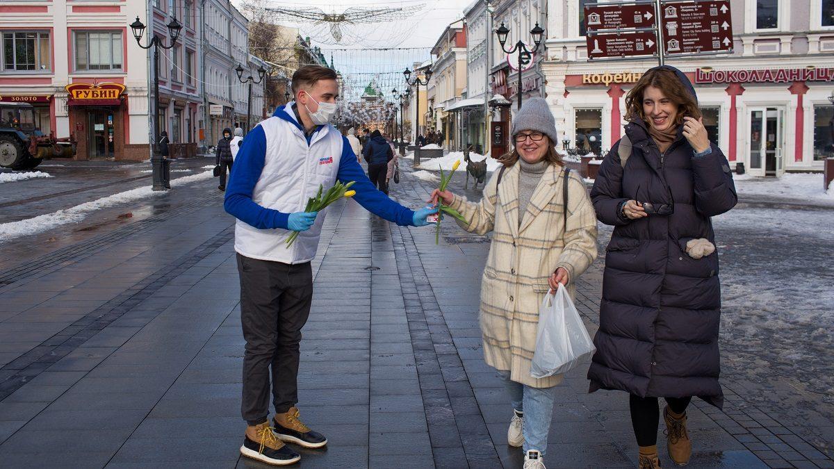 Тысячи тюльпанов подарили волонтеры женщинам в Нижнем Новгороде