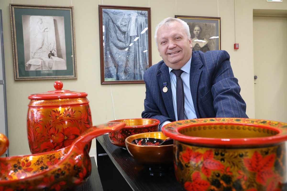 С чистыми промыcлами: известный нижегородский художник рассказал о тайнах своего мастерства