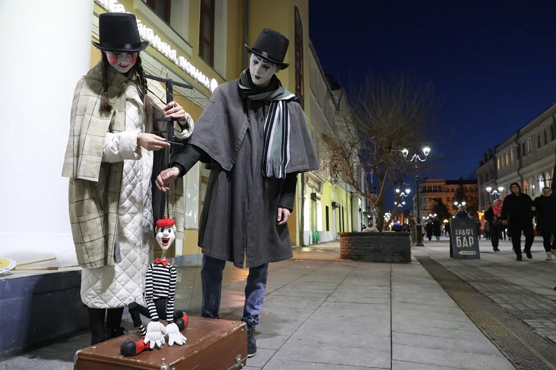 Фото дня: мимы встречали нижегородцев на Большой Покровской в «Ночь театров»