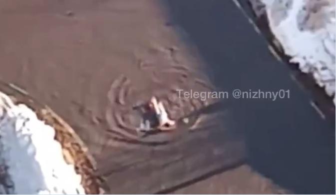 Нижегородец поплавал в луже на надувном матрасе