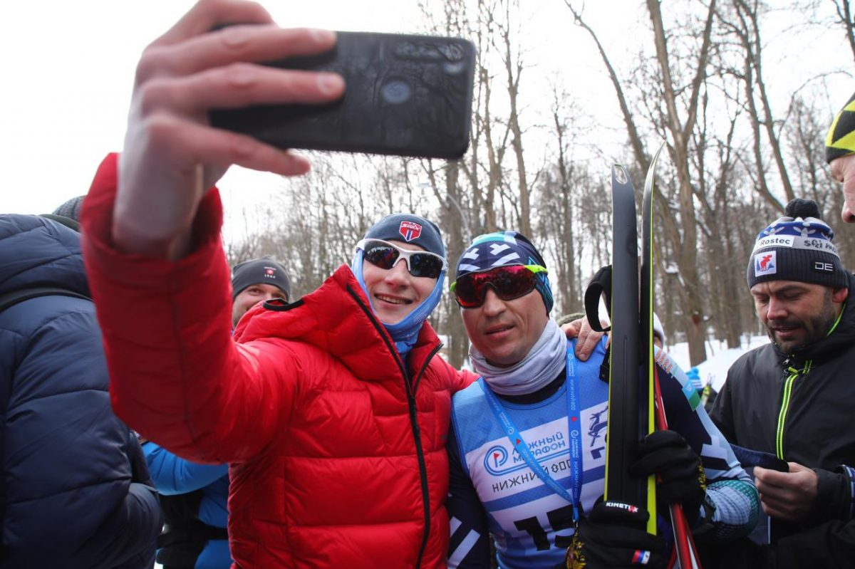 Около 500 человек вышли настарт лыжного марафона «Нижний 800»: смотрим, как спортсмены шли к победе