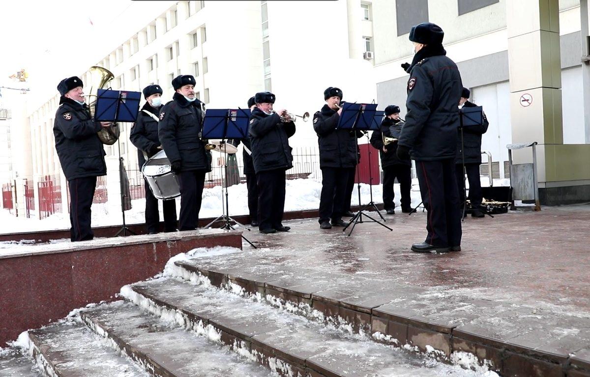Оркестр нижегородского областного главка полиции дал концерт около станции метро «Горьковская»