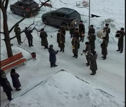 Военный оркестр поздравил женщину-врача из Сарова песнями во дворе