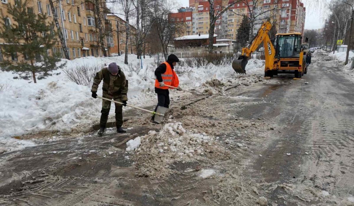 Коммунальщики откачивают талую воду на улицах Нижнего Новгорода