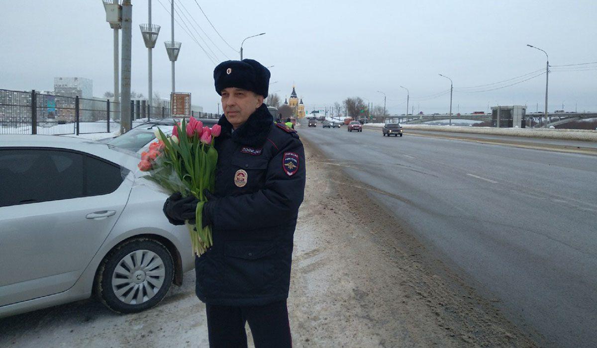В Нижнем Новгороде стартовала акция «Цветы для автоледи»