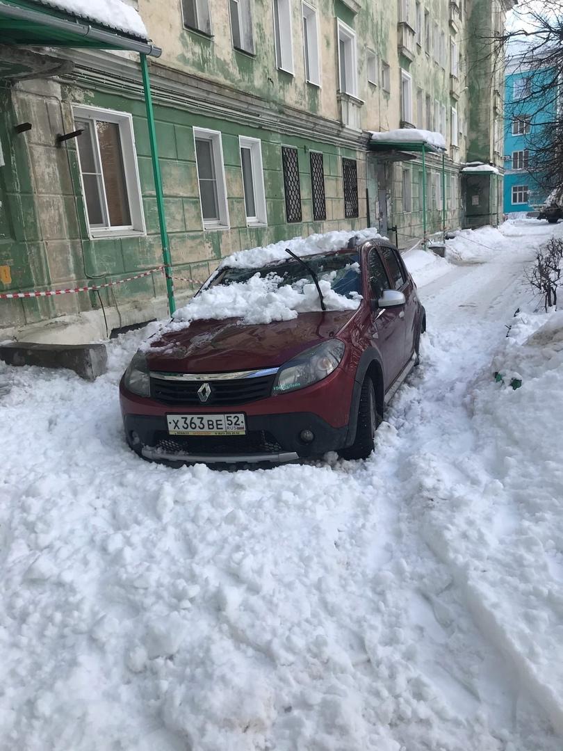 Машины оказались под снежными глыбами в Нижнем Новгороде и Дзержинске