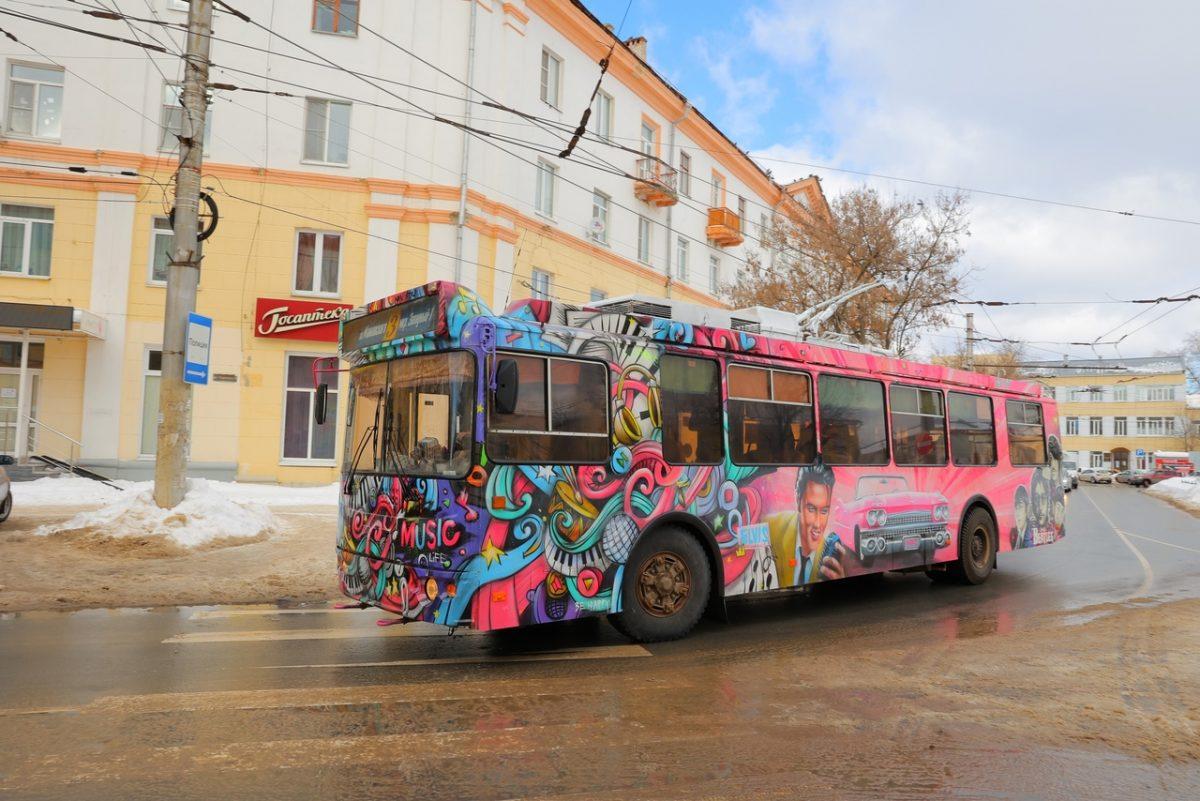 Фото дня: Троллейбус с «Битлз» и Элвисом Пресли запустили в Дзержинске