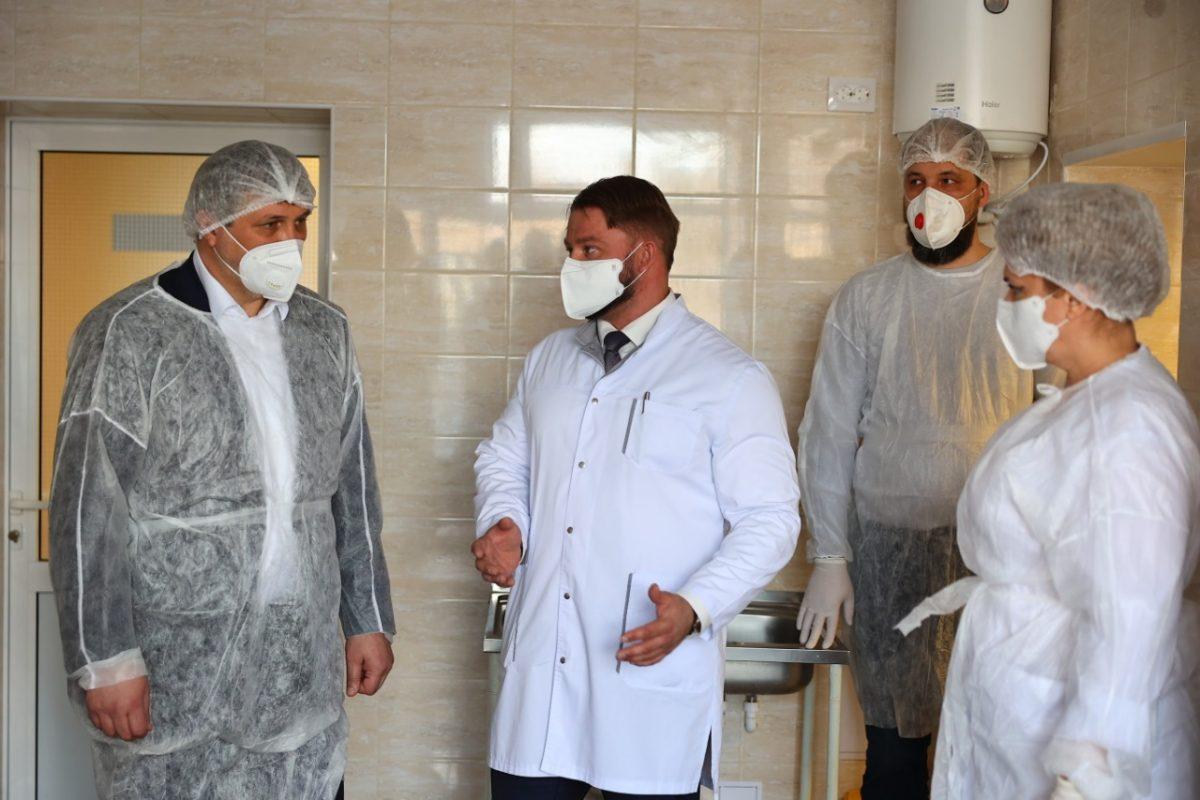 Глава Дзержинска проверил ремонт приемного отделения больницы № 2