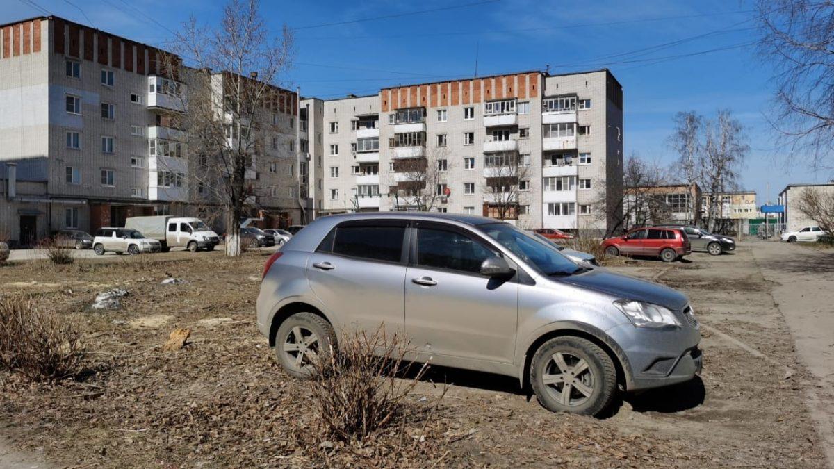 В Дзержинске ищут нарушителей, паркующихся на газонах