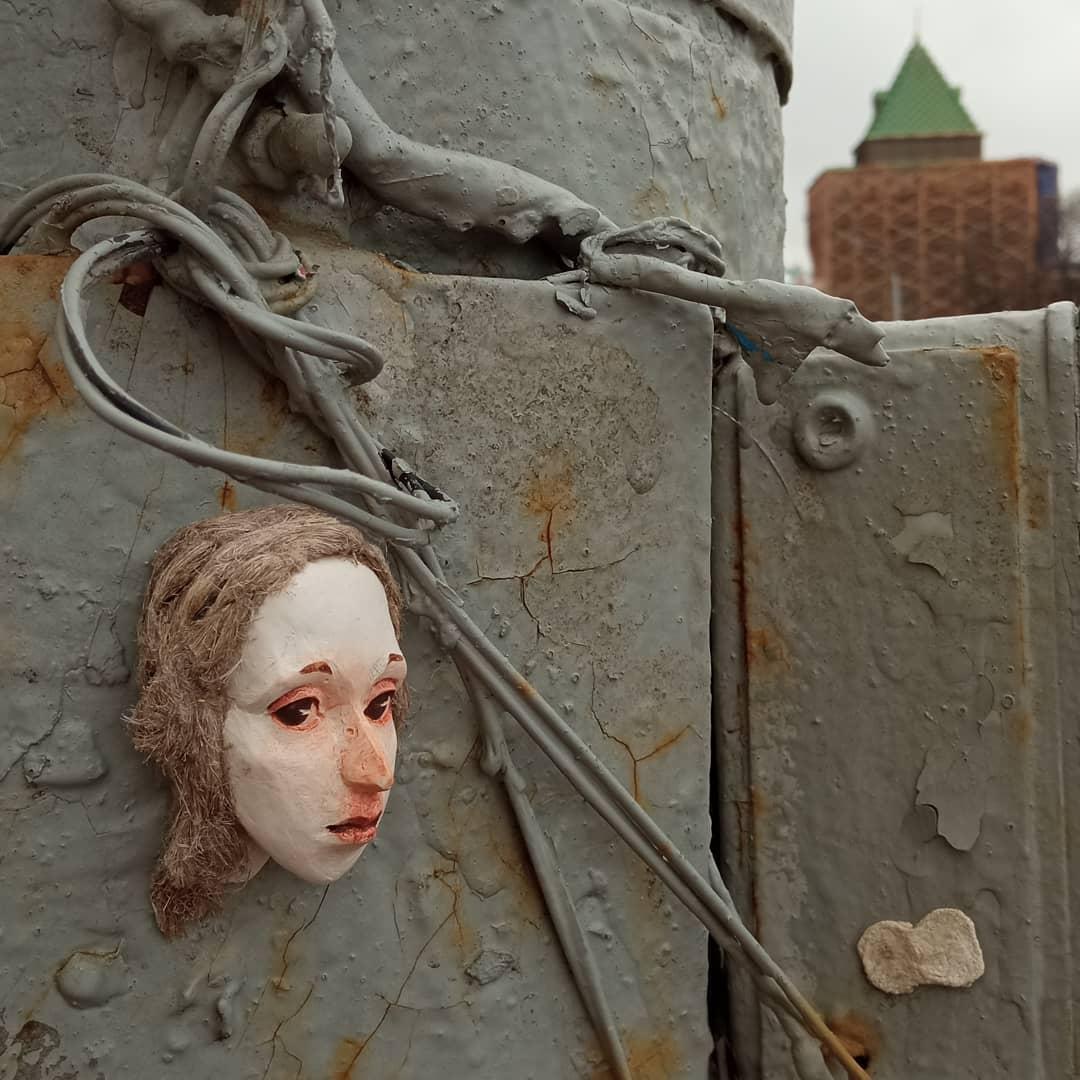 Фото дня: уличная художница разместила в Нижнем Новгорода кукольные головы