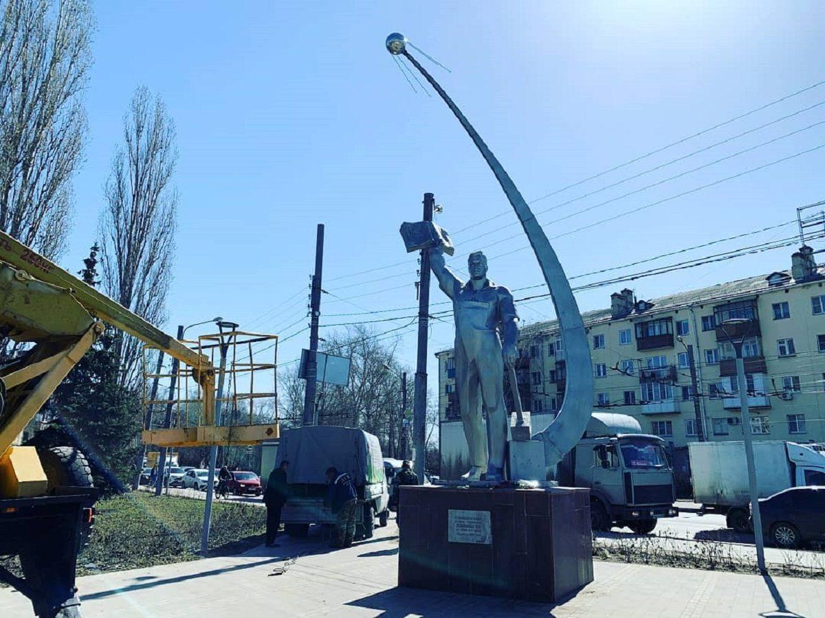 Космонавту на проспекте Ленина в Нижнем Новгороде добавили спутник