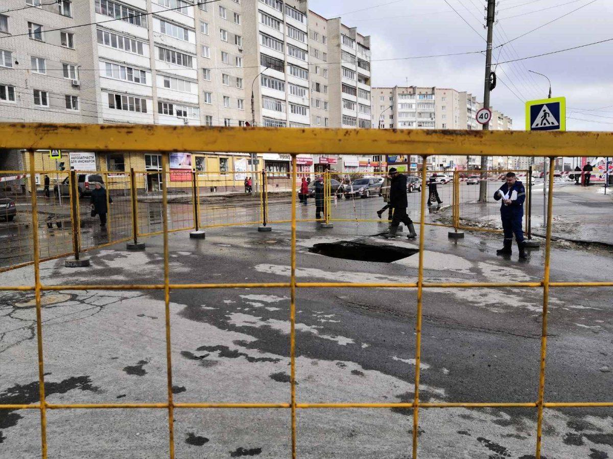 Под автомобилем в Дзержинске провалилась дорога
