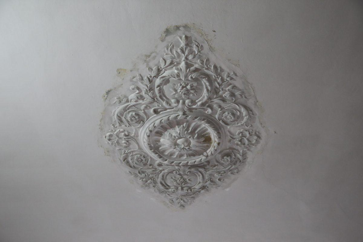 Высокие чувства: в особняке купца Николая Бугрова завершается реставрация потолочной лепнины