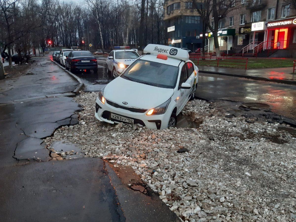 Машина «Яндекс.Такси» провалилась в яму в Нижнем Новгороде