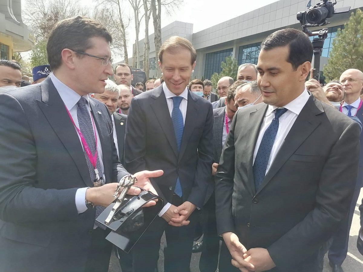 Денис Мантуров иГлеб Никитин приняли участие вцеремонии передачи Узбекистану медицинских автомобилей ГАЗ