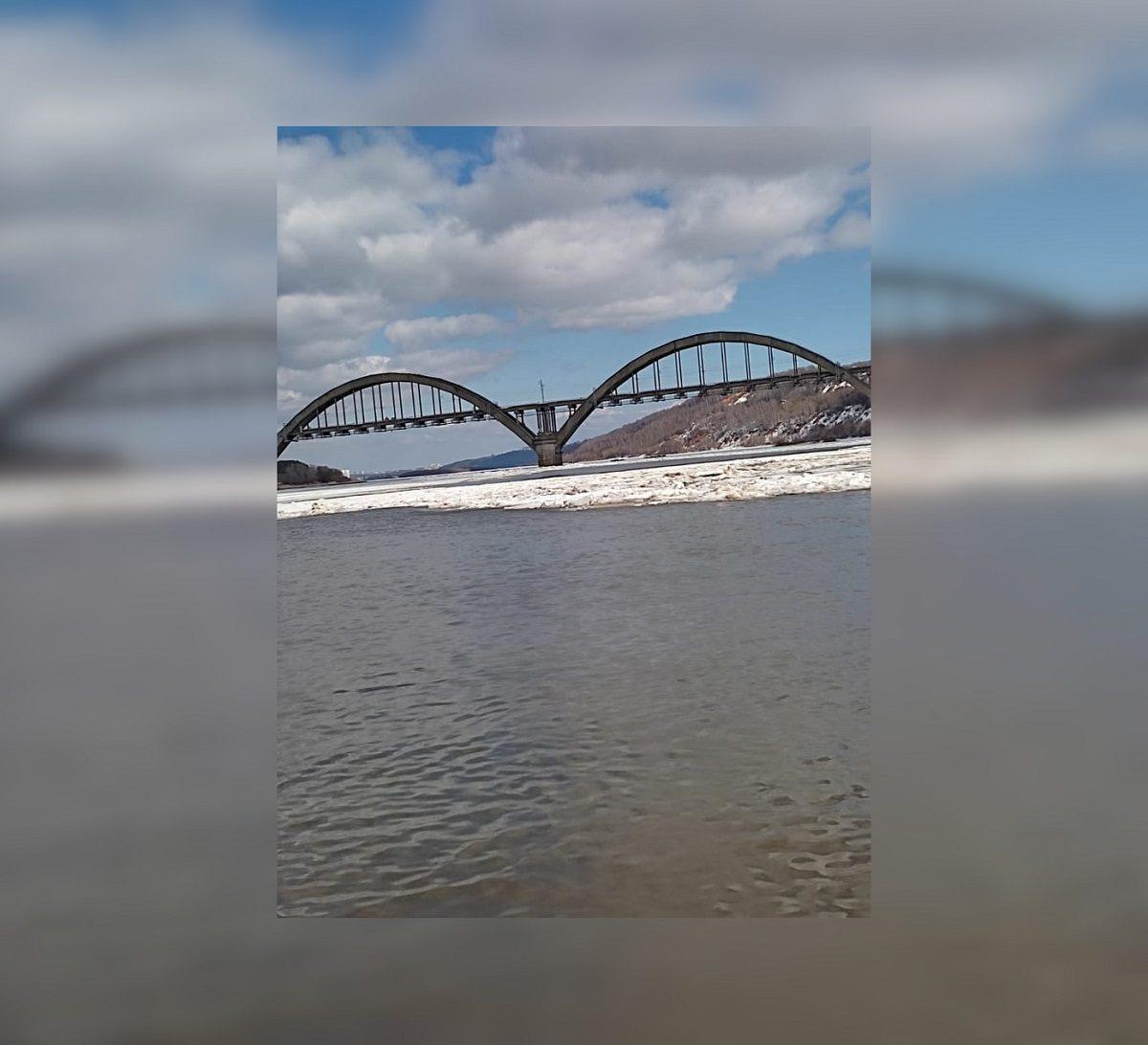 Спасатели сняли с дрейфующий льдины рыбака в Нижнем Новгороде