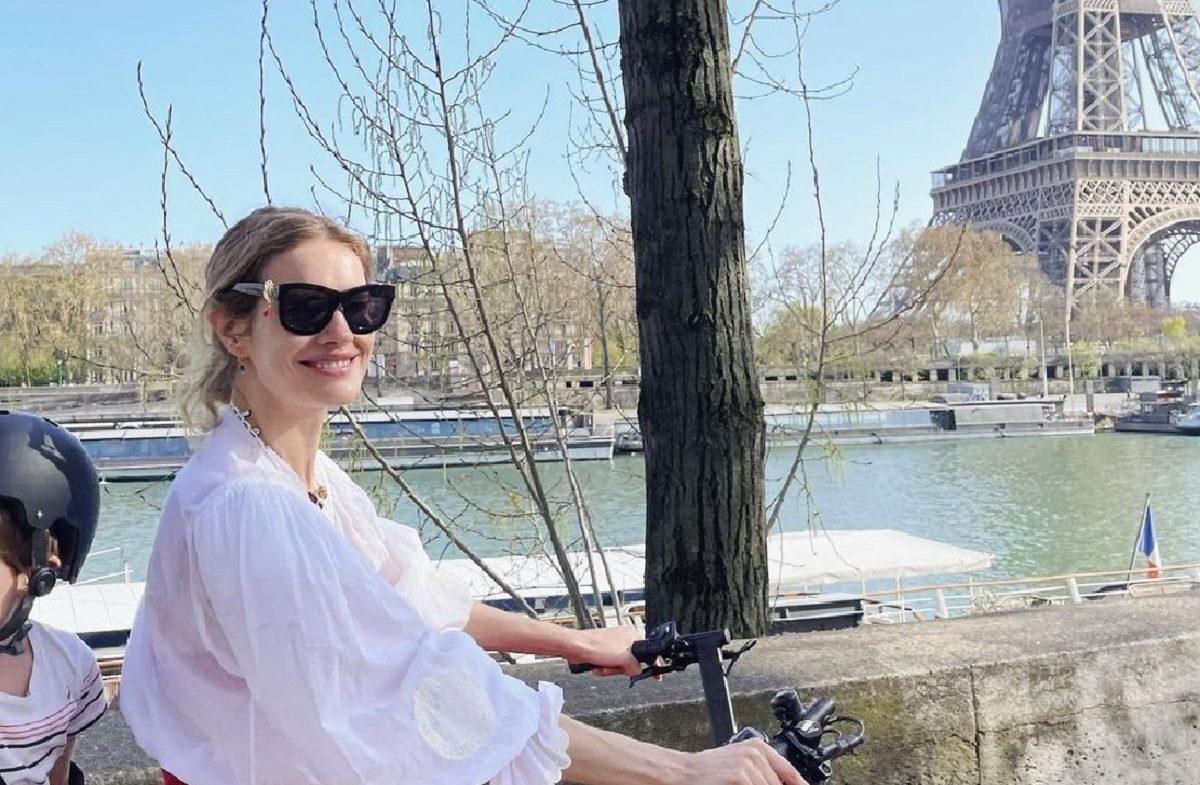 Лучезарная Наталья Водянова совершила велопрогулку по Парижу