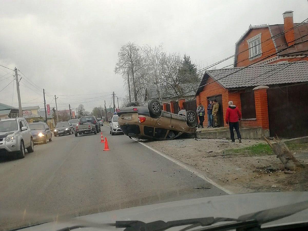 Машина легла на крышу под Нижним Новгородом