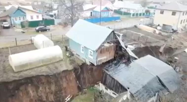 В Кстовском районе из-за провала земли дом разломило пополам