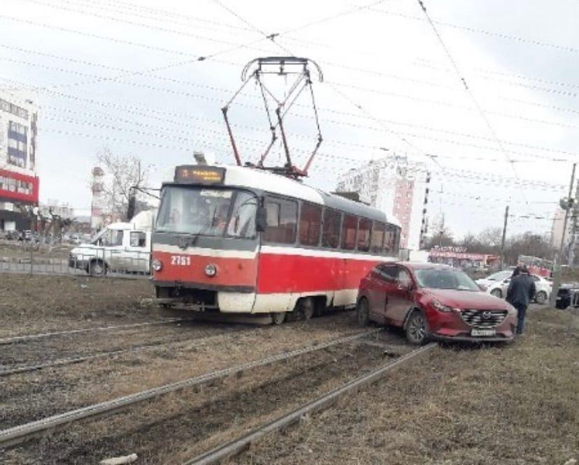 Трамвай и иномарка столкнулись на Комсомольской площади