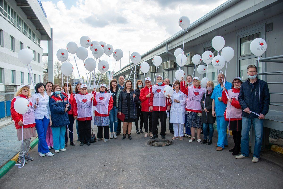 Светя другим, сгораю сам: нижегородские пенсионеры провели акцию впамять омедиках, погибших отCOVID‑19