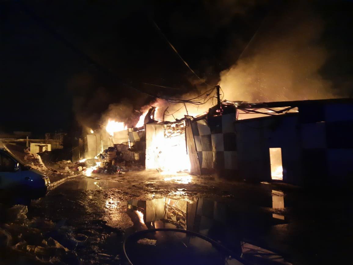 Ангар с макулатурой загорелся на Автозаводе: смотрим, как пожарные ночью боролись с огнем