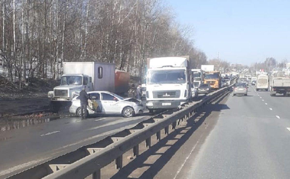 Огромная пробка образовалась на улице Ларина в Нижнем Новгороде из-за ДТП