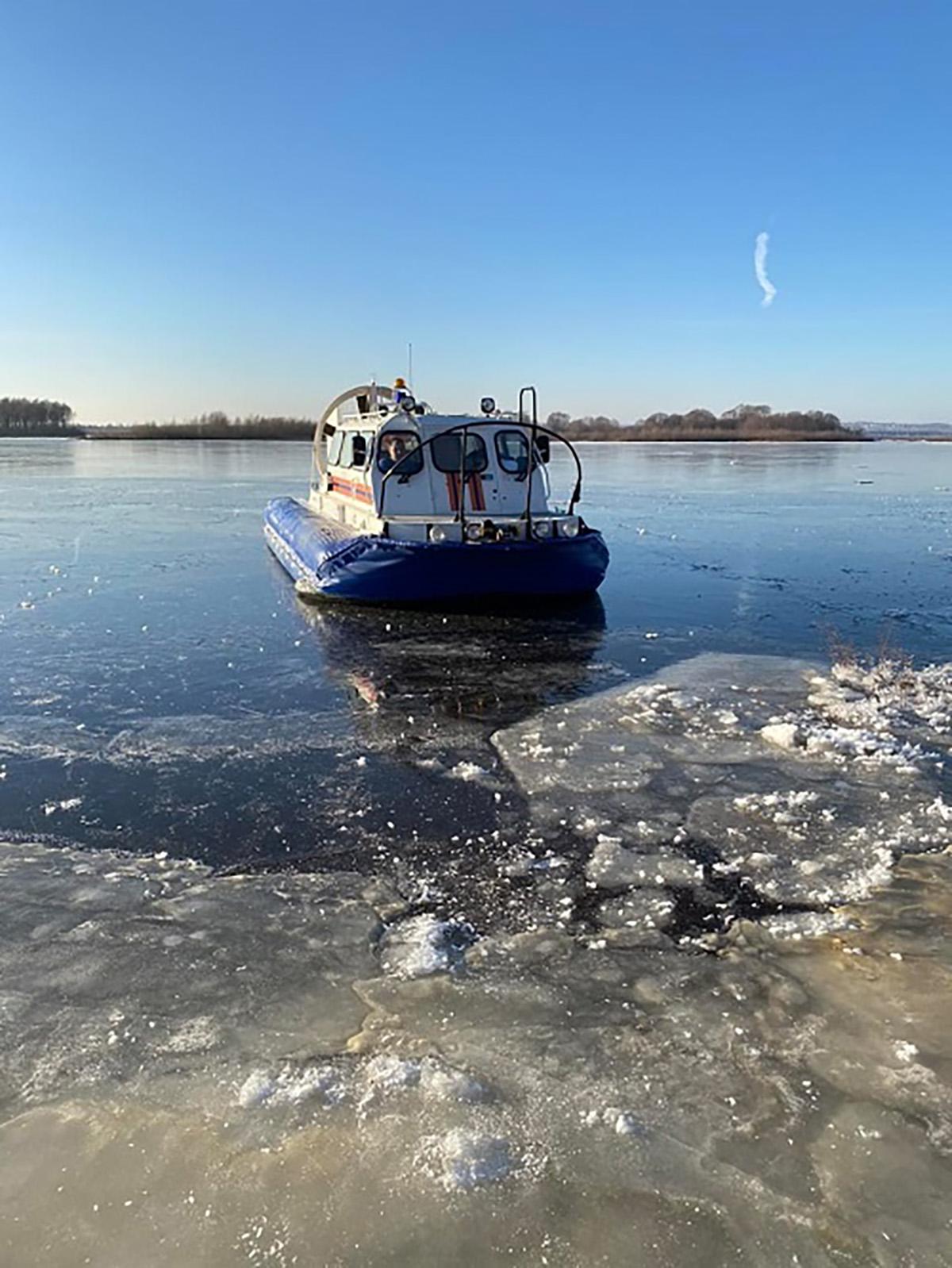 Сотрудники МЧС спасли рыбаков, которых унесло на дрейфующей льдине