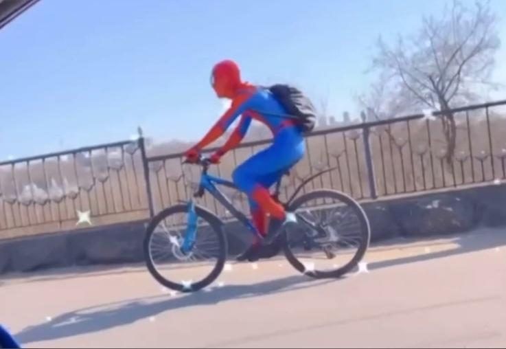 Человек-паук прокатился по Нижнему Новгороду на велосипеде (ВИДЕО)