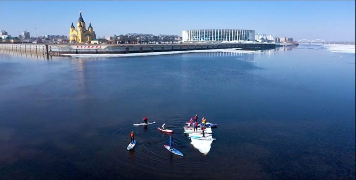 Видео дня: Сапсёрферы открыли сезон, угнав льдину в Нижнем Новгороде
