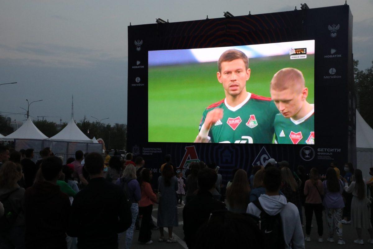 Фанаты собрались на площади Минина, чтобы посмотреть матч Кубка России на огромном экране