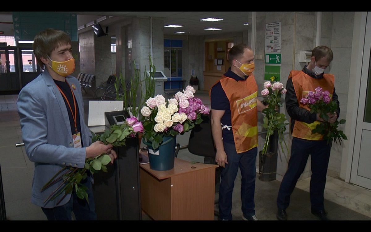 Нижегородские волонтеры поздравили медсестер с профессиональным праздником