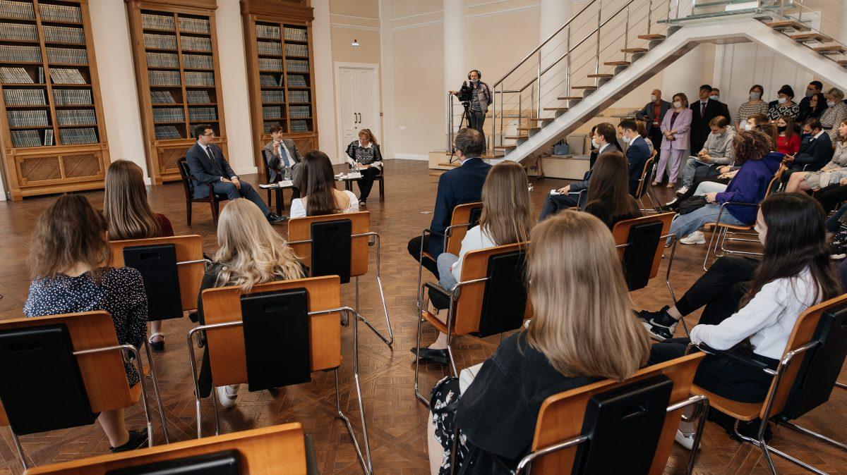 Студенты Мининского университета встретились с и.о. ректора Виктором Сдобняковым