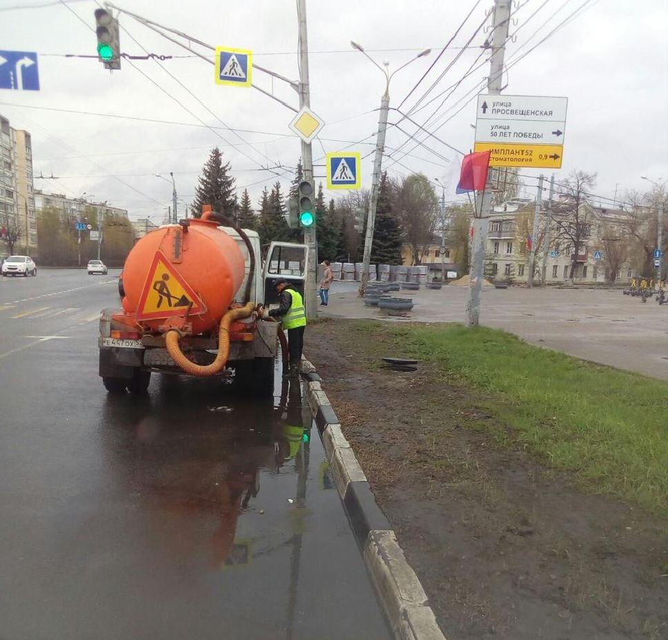 Дождевую воду откачивают с улиц Нижнего Новгорода