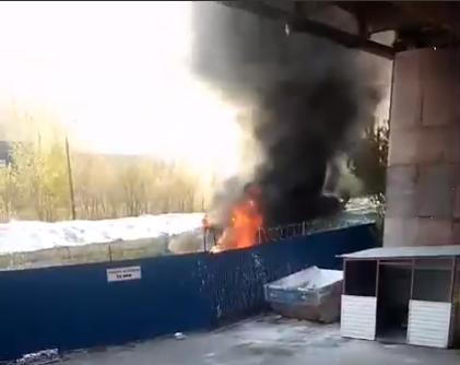 Погрузчик загорелся на территории стекольного завода на Бору