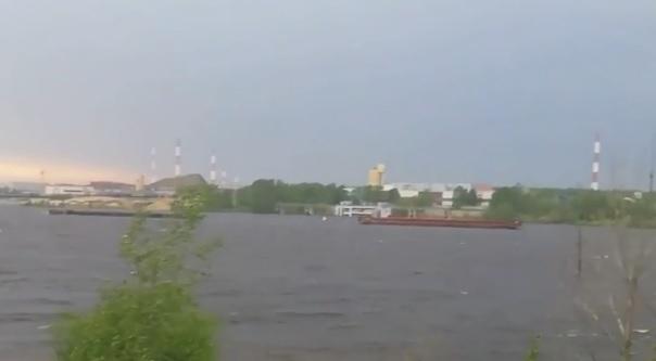 В грузовом порту Нижнего Новгорода ветром сорвало баржи