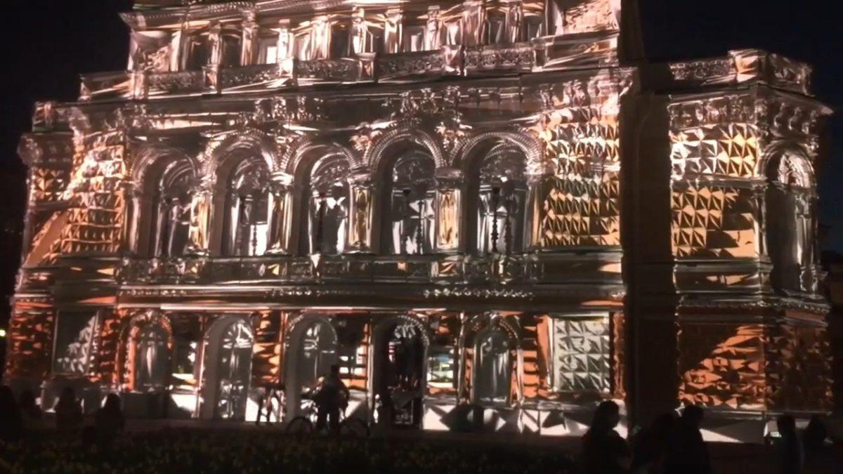 Нижегородцев восхитила инсталляция на фасаде театра Драмы
