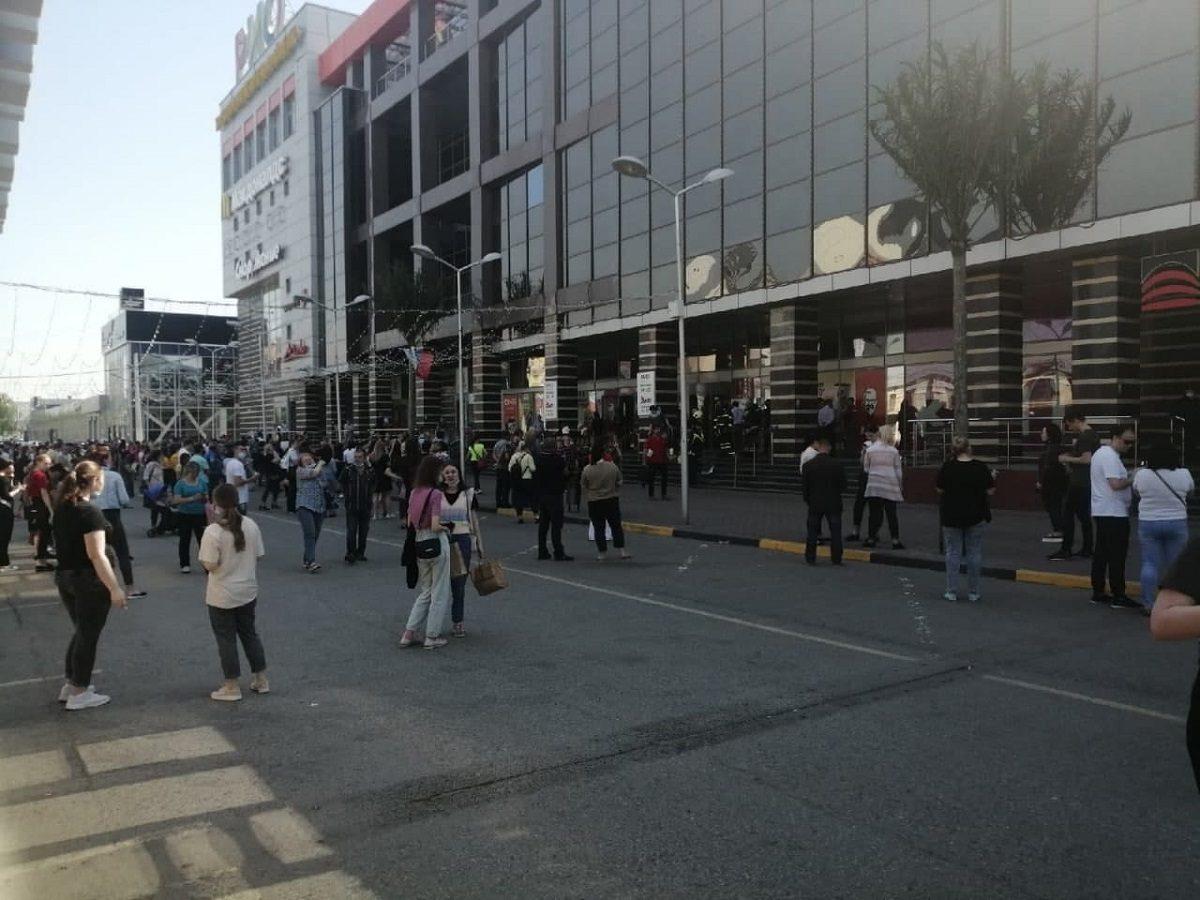 Сотрудники МЧС эвакуировали людей из ТРЦ «Рио» из-за сообщения о взрывном устройстве