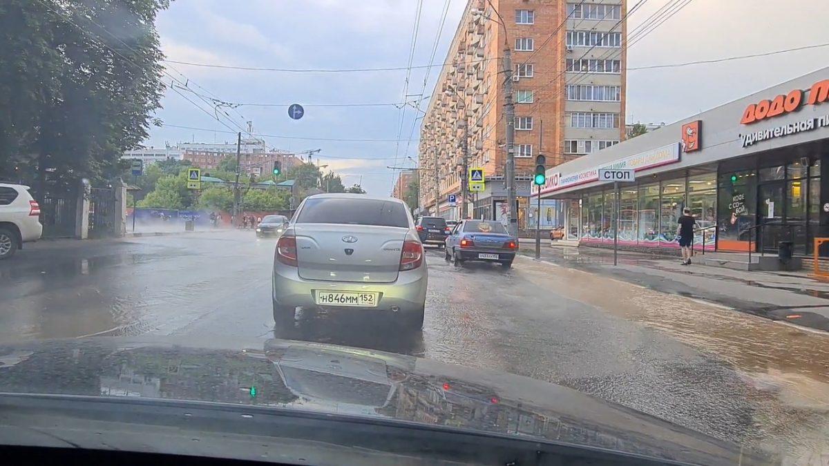 На улице Горького в Нижнем Новгороде образовался потоп (ВИДЕО)