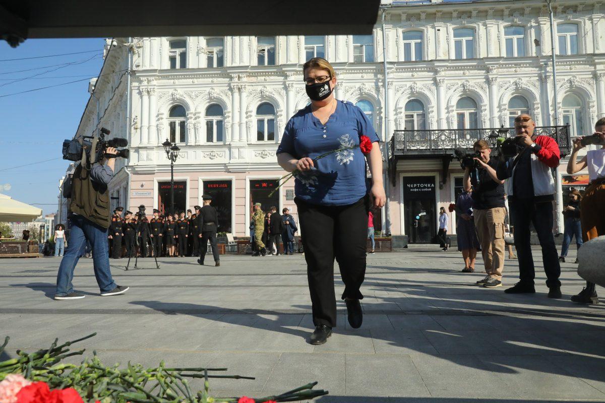 Нижегородцы несут цветы к мемориалу жертвам стрельбы в школе в Казани