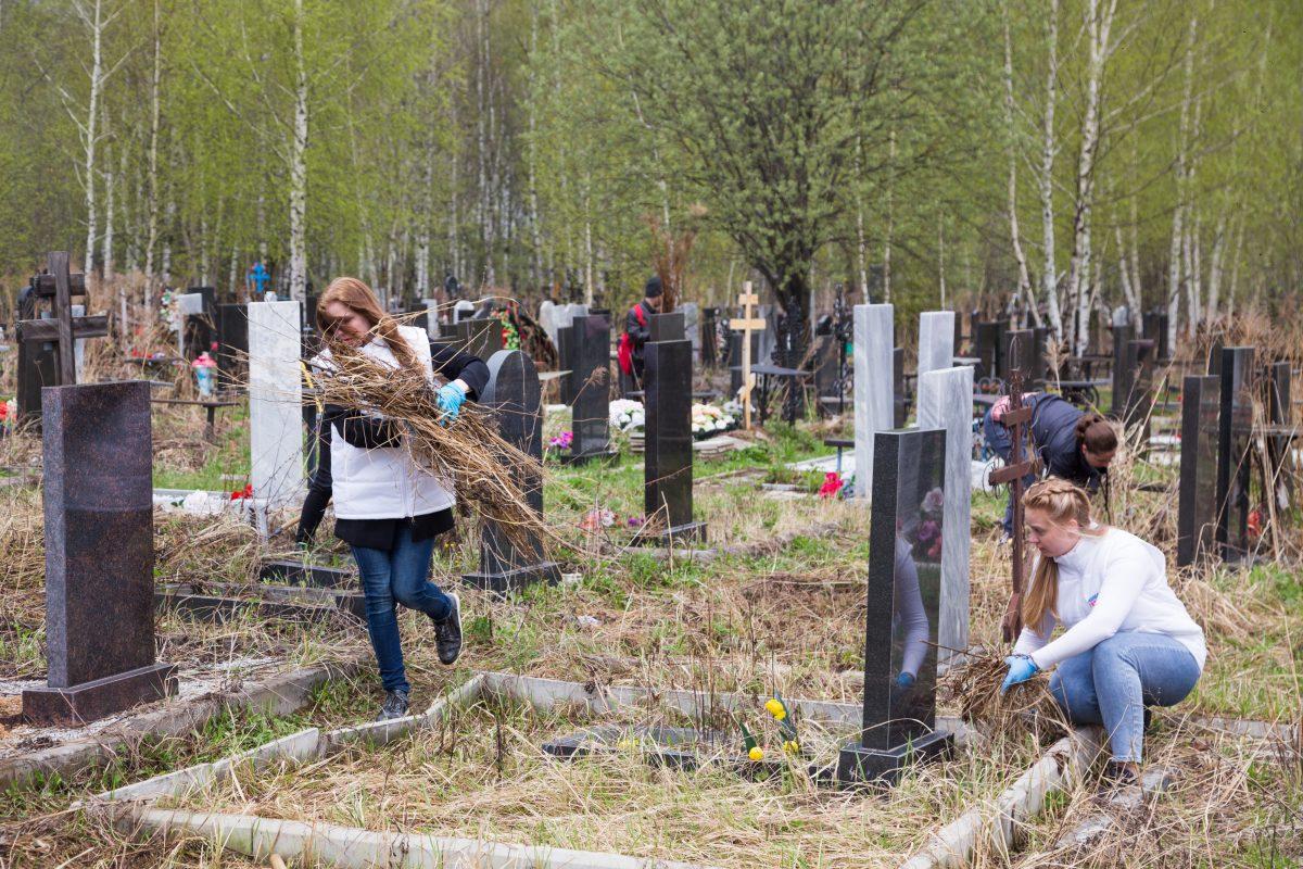 Активисты привели в порядок мемориальный комплекс на кладбище у деревни Федяково