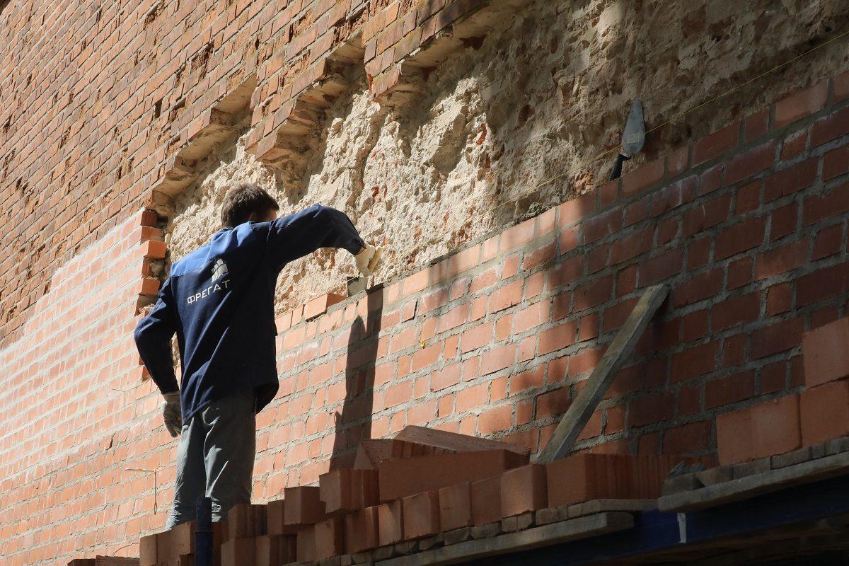 Рабочие обнаружили кирпичную кладку 16 века при реставрации Дмитриевской башни