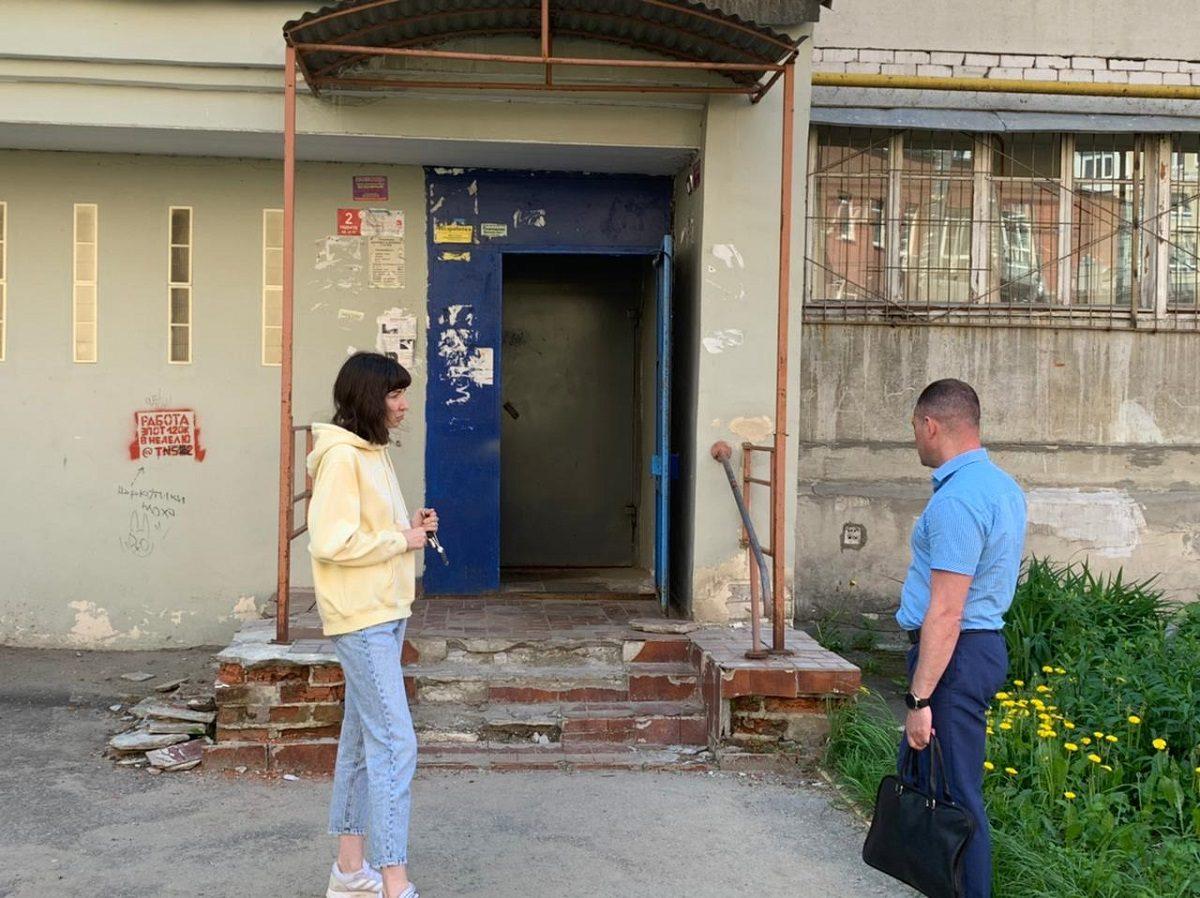 Двухлетняя девочка упала на ржавую арматуру, оступившись на разбитом крыльце дома на улице Воровского