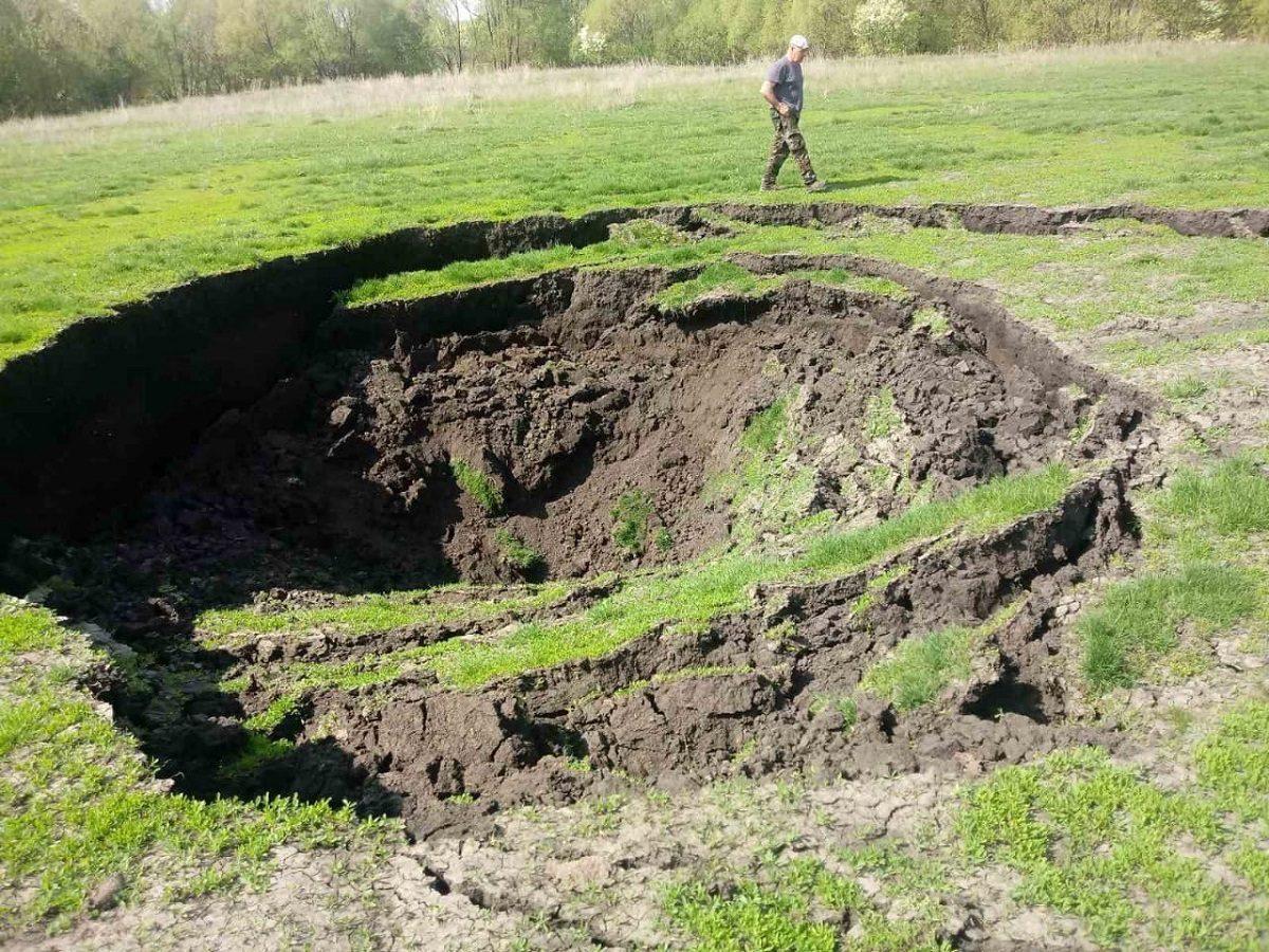 Крупный обвал грунта на поле образовался в Лукояновском районе
