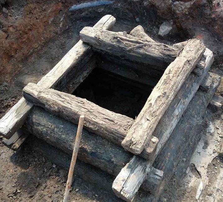 Колодец старой ливневой канализации нашли на улице Кожевенной
