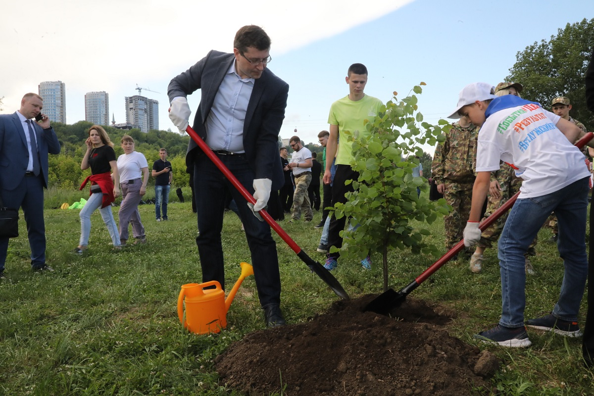 Глеб Никитин принял участие ввысадке деревьев вПечерском парке